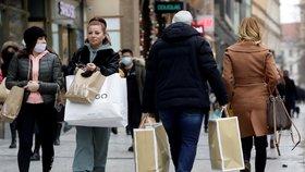 Koronavirus v Česku: V první den otevření obchodů se stály dlouhé fronty