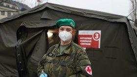 Jitka pracuje na odběrové místě v Ústřední vojenské nemocnici