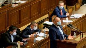 Předseda poslaneckého klubu KDU-ČSL Jan Bartošek hovoří 18. prosince 2020 v Praze na schůzi Poslanecké sněmovny, která pokračovala v projednávání návrhu státního rozpočtu na rok 2021. Za ním sedí zleva vicepremiér a ministr vnitra Jan Hamáček (ČSSD), premiér Andrej Babiš (ANO) a ministr životního prostředí Richard Brabec (ANO).