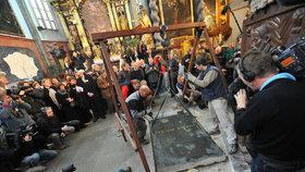 Pracovníci Národního památkového ústavu zdvihají náhrobní desku.