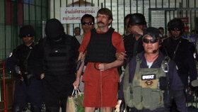Viktor But v doprovodu thajských policistů opouští celu.
