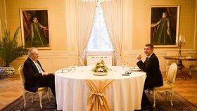 Prezident Miloš Zeman nakonec kvůli protikoronavirovým opatřením pohostil u novoročního oběda ve Žluté jídelně na zámku v Lánech jen samotného premiéra. Původně měli u slavnostního stolu usednout i rodiny obou politiků (3. 1. 2021)