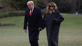 Americký prezident Donald Trump a jeho manželka Melania při silvestrovském návratu z Washingtonu na Floridu (31. 12. 2020)