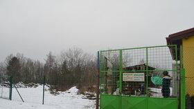 Stávající prostory (vpravo) nestačí, proto útulek přikoupil sousední pozemek (vlevo)