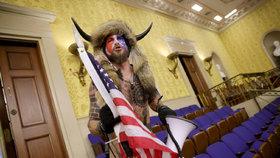 Jacob Chansley vyfocen při útoku na Kongres měl na hůavě rohy a v ruce kopí s americkou vlajkou