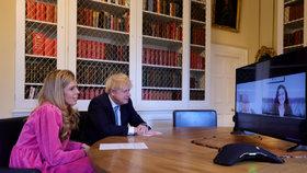 Britský premiér Boris Johnson se snoubenkou Carrie Symondsovou.