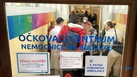 Přibližně 80 lidí čekalo v poledne 13. ledna na očkování proti covidu-19 na chodbě Nemocnice Na Bulovce v Praze.