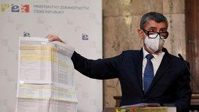 Premiér Andrej Babiš (ANO) se seznamem očkovacích center (14. 1. 2021)