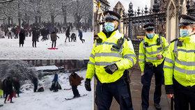 Koulování a bobování je porušování restrikcí, bouří Briti. Policie rozdává pokuty, jak může