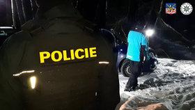 Dvojnásobná vražda v Sokolově: Těla našli ležet u opuštěného auta.