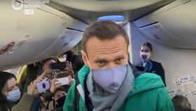 Ruský opoziční politik Alexej Navalnyj je zpátky v Moskvě. Hned po vystoupení z letadla ho ale policie zatkla.