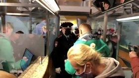 Policie odvádí Alexeje Navalného.