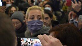 Manželka Aexe Navalného Julia odcházela z letiště sama.