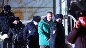 Policie eskortuje Alexeje Navalného do vazby (18. 1. 2021).