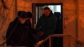 Policie eskortuje Alexeje Navalného do vazby. (18.1.2021)