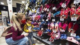 Zákazníci v pražském nákupním centru Nové Butovice mohli 19. ledna 2021 znovu nakupovat také papírnické zboží či dětské oblečení a obuv.
