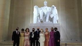 Joe Biden při inauguraci s manželkou Jill, první dámou USA, Kamalou Harrisovou s manželem Dougem a dalšími před Lincolnovým pomníkem ve Washingtonu