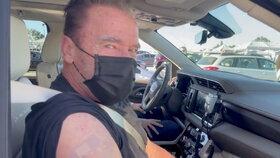 Koronavirus v USA: Arnold Schwarzenegger se nechal očkovat.