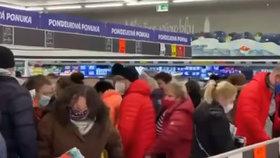 Senioři na Slovensku se v Lidlu poprali o levné respirátory z Česka.