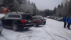 Turisté obsadili parkoviště u hřebenu Orlických hor, musela zasáhnout policie (24. 1. 2020).