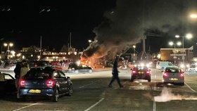 Mládež v nizozemském městě Urk zapálila testování středisko na covid (23.1.2021)