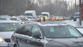Provoz na hraničním přechodu do Bavorska v Pomezí nad Ohří komplikovaly 25. ledna 2021 kolony. Způsobili je pendleři, kteří čekali na povinné testy na koronavirus (25. 1. 2021).
