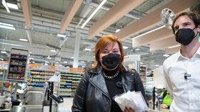 Ministryně financí Alena Schillerová (za ANO) vyrazila do supermarketu ověřovat ceny respirátorů (5.2.2021)