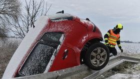 Hasiči zasahují 8. února 2021 u dopravní nehody u Břeclavi. Ledovka komplikuje dopravu na jižní Moravě, silničáři nabádají řidiče k opatrnosti.