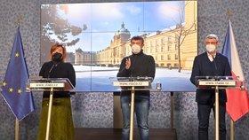 Ministryně financí Alena Schillerová (za ANO), premiér Andrej Babiš (ANO) a vicepremier Karel Havlíček (za ANO) na tiskové konferenci po mimořádném jednání vlády (14.2.2021)