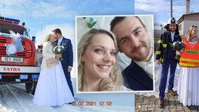 Hasičská svatba se konala v Libišanech na Pardubicku. Nevěsta si přes šaty oblékla i reflexní vestu s nápisem Hasiči.