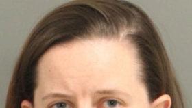 Paula Stinsonová byla zatčena a předvedena před soud.