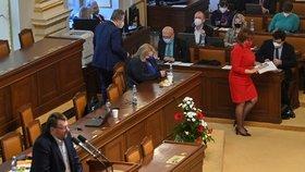 Ministři, kteří sedí v blízkosti řečniště, opouštějí svá místa při vystoupení poslance Lubomíra Volného na schůzi Sněmovny v Praze. Volný neměl ochrannou roušku proti koronaviru (18. 2. 2021)