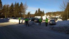 Pěkné počasí vylákalo turisty do Orlických hor, policie musí koordinovat dopravu (20. 2. 2021).