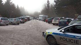 Policisté opět řeší nával turistů do Orlických hor (21.2.2021)