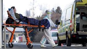 Záchranná služba vykládá pacienta s covidem-19 v nemocnici v Chebu (22. 2. 2021)