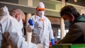 Zdravotníci armádního mobilního odběrového týmu pokračovali v Polici nad Metují na Náchodsku v testování obyvatel antigenními testy na covid-19 (17. 2. 2021).