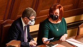 Premiér Andrej Babiš (ANO) a ministryně financí Alena Schillerová  v Poslanecké sněmovně během projednávání prodloužení nouzového stavu (26.2.2021)