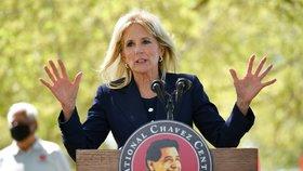První dáma Spojených států Jill Bidenová během návštěvy Národního památníku Césara Cháveze v kalifornském Kern County (31. 3. 2021)