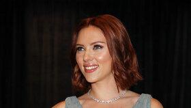 Kapesník Scarlett Johansson je očividně lákavý