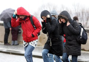 Silný a studený vítr duje Českem.