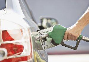 Po měsících rostoucích cen benzin konečně zlevňuje. Pokles je ale jen mírný