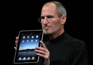 Jobs s prvním iPadem, který světu představil 27. ledna 2010