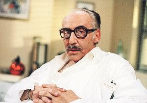 Miloš Kopecký v roli doktora Štrosmajera patřil k nejoblíbenějším postavám seriálu Nemocnice na kraji města.