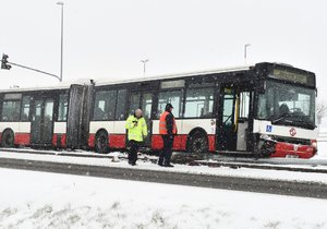 Ranní sníh v pátek vážně zkomplikoval autobusovou dopravu pražských příměstských spojů. (Ilustrační foto)