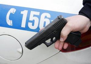 Strážníci za chlapci vyběhli, jeden z mladíků se schoval pod auto.