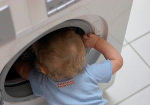 Chlapec (†3) zemřel při hře na schovávanou: Zavřel se do pračky a nemohl ven (ilustrační foto)