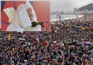 Papež František vyrazil na pláž Copacabana, kde na něj čekal milion lidí a nepříliš vlídné počasí