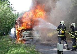 Ve Frenštátě hořel autobus: 35 dětí a 5 dospělých včas vystoupilo