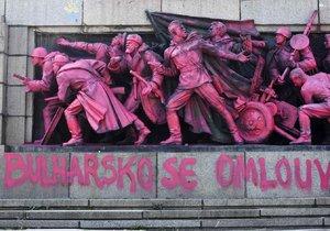 Pomník sovětské armády v Sofii někdo přebarvil narůžovo s nápisem: Bulharsko se omlouvá