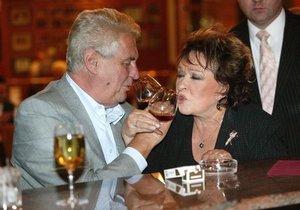 Sklenku vína si spolu Miloš a Jiřina zcela jistě rádi dají i na Pražském hradě.